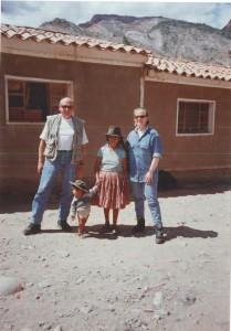 Petra und ihr Vater besuchen ihr Patenkind Emiliano in Bolivien im Jahr 2000.
